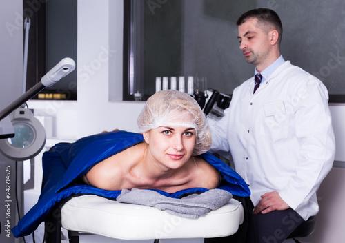 Leinwanddruck Bild Woman receiving hardware body treatment