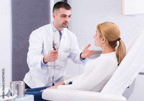 Leinwanddruck Bild Cosmetologist consulting woman
