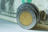 Intercambio de monedas de México y de Estados Unidos. - 242781745