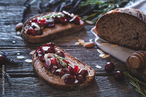 Tartine Cerise, Amandes, Miel pour le Petit- Déjeuner