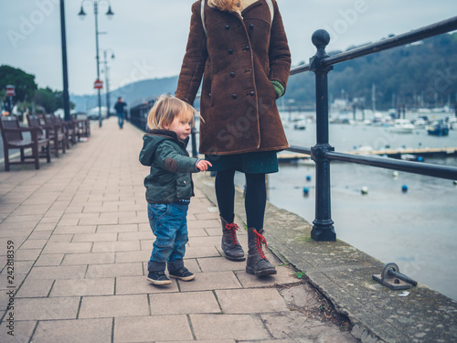 Leinwanddruck Bild Mother and toddler looking at river