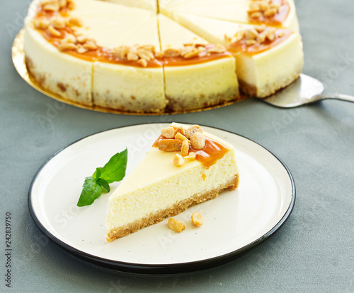 Foto Murales Cheesecake with caramel and peanuts. Slice.