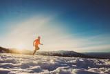 Corsa al tramonto in montagna in inverno