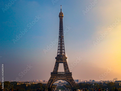 Wall mural eiffel tower in paris at sunset