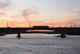 Widok na most warszawski o zachodzie słońca wiosną