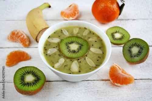 Zmiksowane owoce: kiwi, banan, mandarynka, smoothie bowls