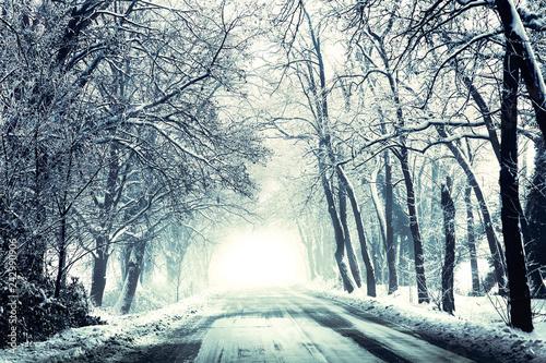 strada innevata in un freddo mattino