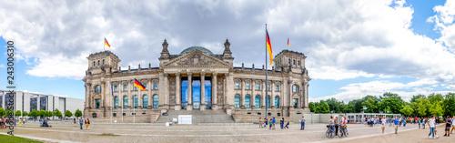 Dunkle Wolken über dem Reichstag in Berlin