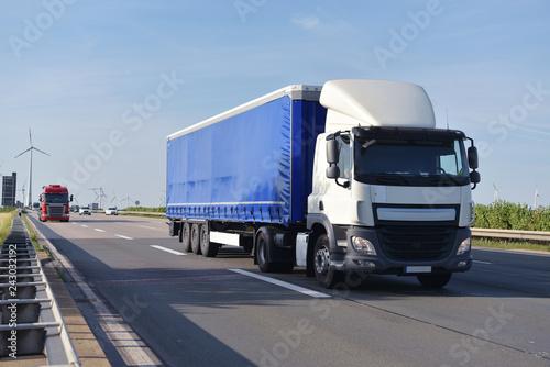 Fridge magnet trucks on the road transporting goods in trade  // LKW beim Warentransport im Fernverkehr auf der Straße im Berufsverkehr