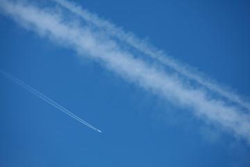 Trainées d'avions dans le ciel © hcast