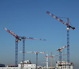 Grues sur un chantier de construction © hcast