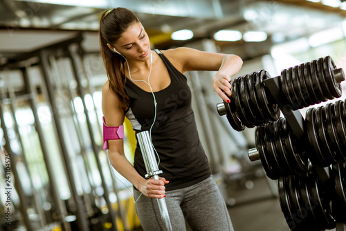 Fridge magnet Pretty young woman training in the gym