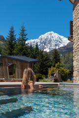 ragazza osserva montagna dal centro benessere, monte bianco, valle d'aosta