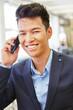 Geschäftsmann freut sich beim telefonieren
