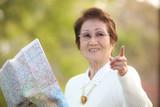 地図を手に観光する女性 - 243255312