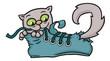 Katze spielt mit Schnürsenkel in einem blauen Schuh