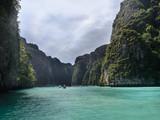 Pileh Bay : Paisaje de acantilados y laguna de agua verde esmeralda en  Phi Phi Leh ,  isla deshabitada a 1.5 km de Phi Phi Don. Islas Phi Phi ,KRABI, THAILAND  - 243324317