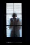 silhouette femme seul solitude regard appel au secours moral psychologie sensualité courbe store porte fenêtre observer cacher - 243328329