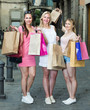 Quadro girls standing with shopping bags