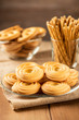 Песочное печенье крупным планом на тарелке на деревянном столе.