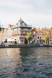 Kanal mit schwarzer Ente und Häuserfassaden in Haarlem bei Amsterdam (Niederlande) - 243386707