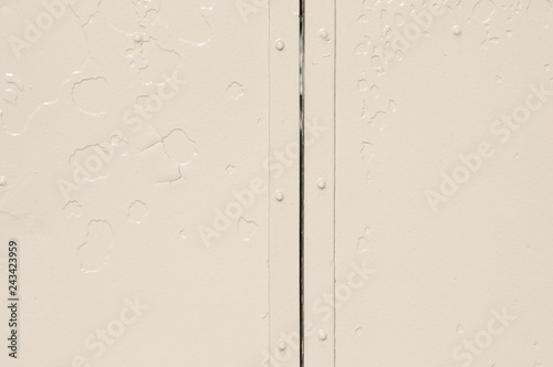 ベージュ色に塗装した古い鉄板