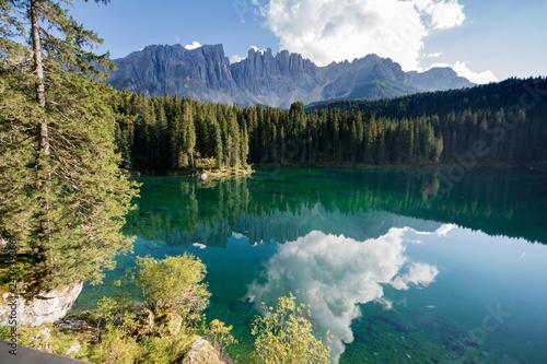 Karasee mit Latemar im Hintergrund in Südtirol - Italien