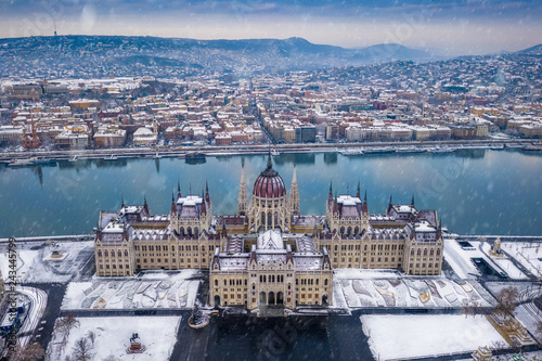 mata magnetyczna Budapest, Hungary - Aerial view of the Parliament of Hungary at winter time with snowing