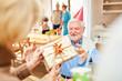 Senior Mann lächelt erfreut über ein Geschenk