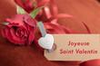 """Cadeau de saint valentin, une rose et une carte en français """"Joyeuse Saint Valentin"""""""