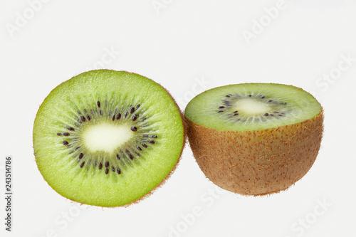 Frische, grüne Kiwi auf weißem Hintergrund