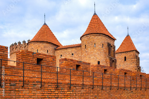 Fototapety, obrazy : Warsaw, Poland - The Barbican - semicircular fortified XVI century outpost with the defense walls and fortifications of the historic old town quarter in Warsaw