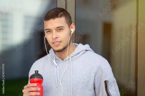 Trinken trinkt Wasser Sport Training schauen schaut denken Mann jung Jogger Jogging Fitness