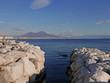 Quadro rilassante veduta della costa del mare di napoli con il vesuvio davanti