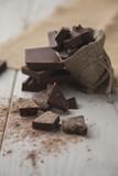 Trozos de chocolate negro sobre la mesa