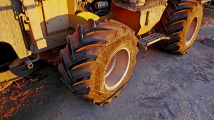 La ruota di un veicolo da lavoro in un cantiere stradale.