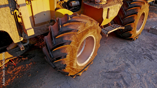La ruota di un veicolo da lavoro in un cantiere stradale. - 243692976