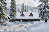 Fototapeta Room - piękny domek w górach w zimie © FredanFoto