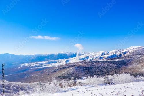 地熱発電と雪景色