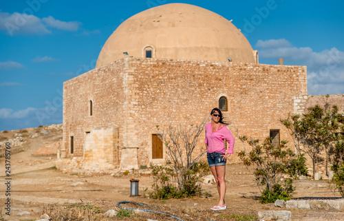 Wall mural junge Frau im Urlaub auf kreta