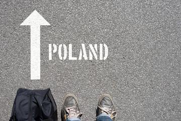 Ein Mann mit einer Reisetasche unterwegs in Richtung Polen