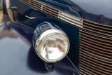 Scheinwerfer und Kühlergrill einer amerikanischen Limousine der dreißiger Jahre