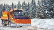 Professioneller Schneepflug in den Bergen