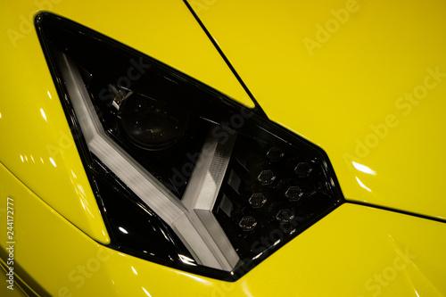 Scheinwerfer eines Sportwagens - 244172777