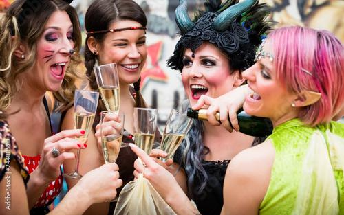 Leinwandbild Motiv Gruppe von Frauen im Karneval gönnt sich Glas Prosecco am Rosenmontag
