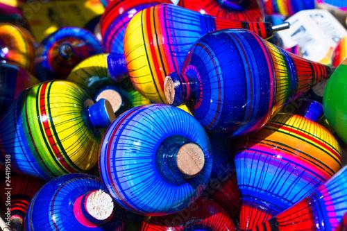 Poster Hay muchos trompos con muchos colores en el pueblo mágico de Tonalá Jalisco.