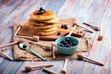 prima colazione con pancake al miele e frutti di bosco