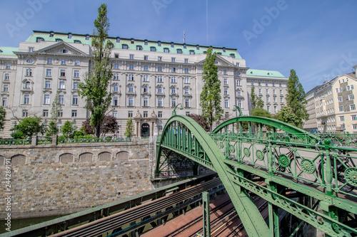 fototapeta na ścianę Der Zollamtssteg ist eine Brücke für Fußgänger die den Wienfluss kurz vor seiner Mündung in den Donaukanal überquert und die Bezirke Landstraße und Innere Stadt verbindet.