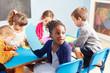 Leinwandbild Motiv Gruppe Kinder beim Malen im Zeichenkurs