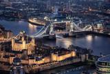 Luftaufnahme der beleuchteten Tower Bridge und des Tower of London an der Themse bei Nacht - 244489149